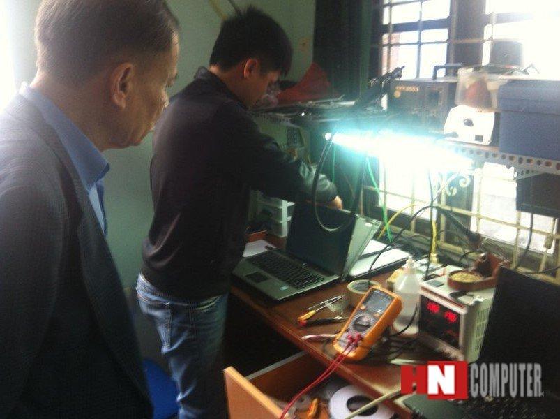 Khách hàng sửa laptop tại HNComputer ở mọi lứa tuổi