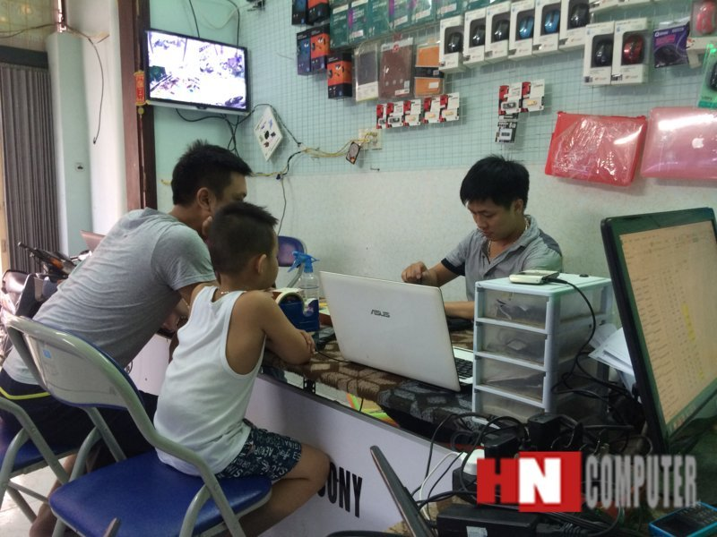 Khách hàng được ngồi xem kỹ thuật viên sửa chữa laptop