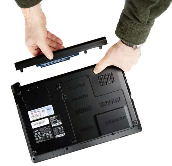 thao pin laptop ra de kiem-tra